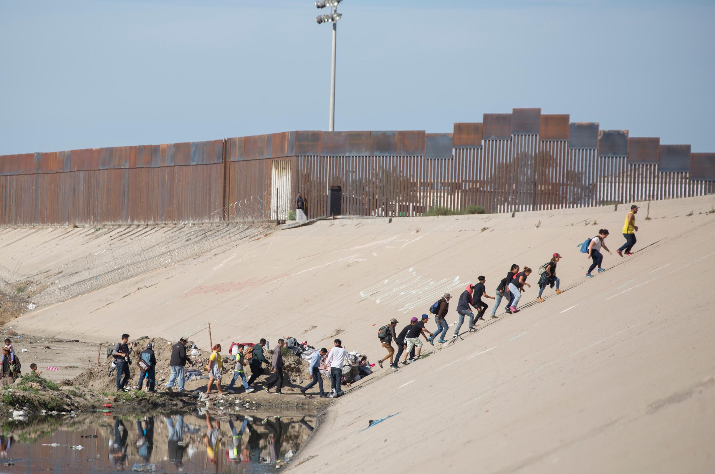 Buscan migrantes entrar a EUA; cierran garita de Tijuana