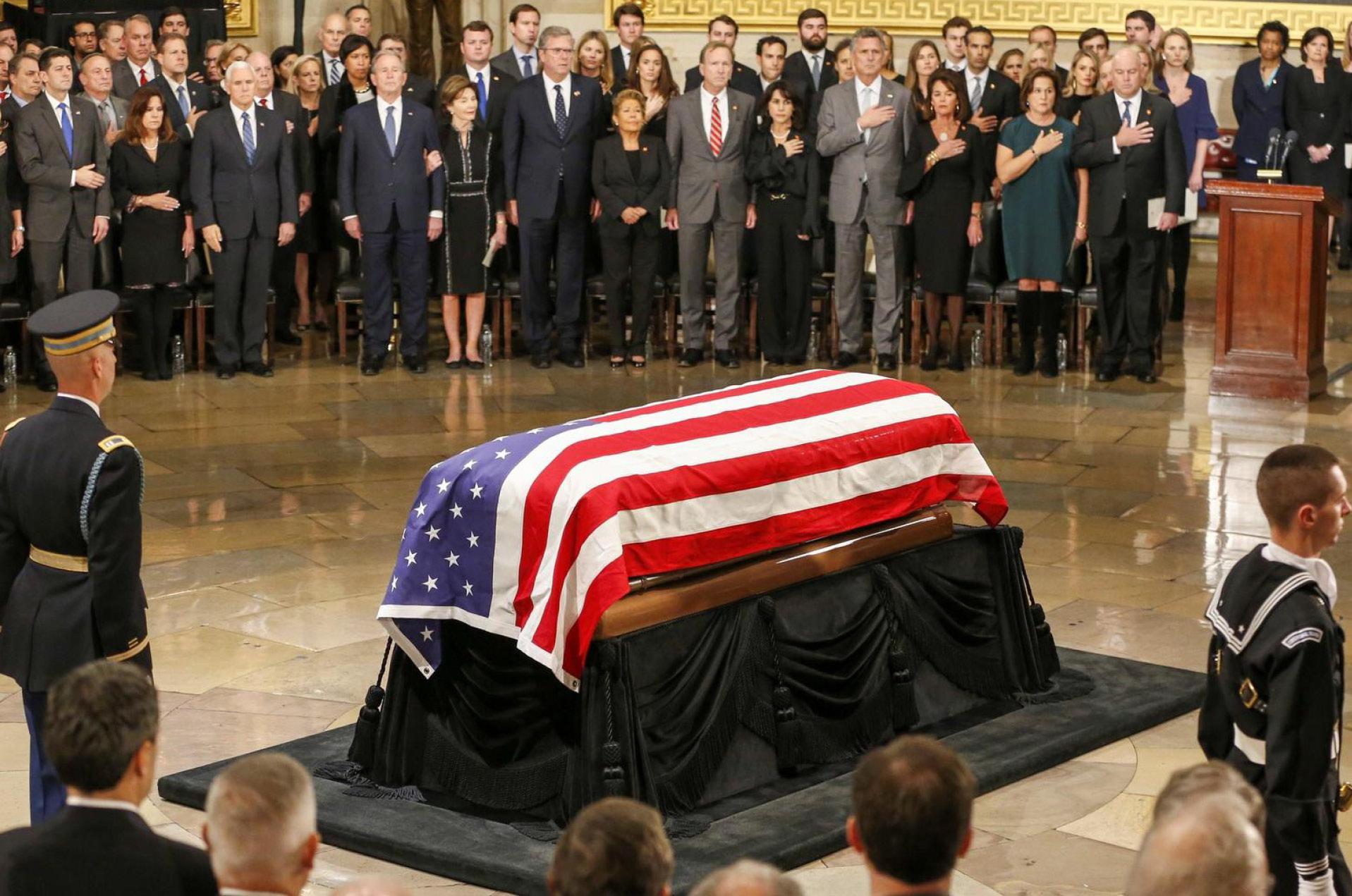 Líderes políticos y amigos despiden a George Bush padre en Washington