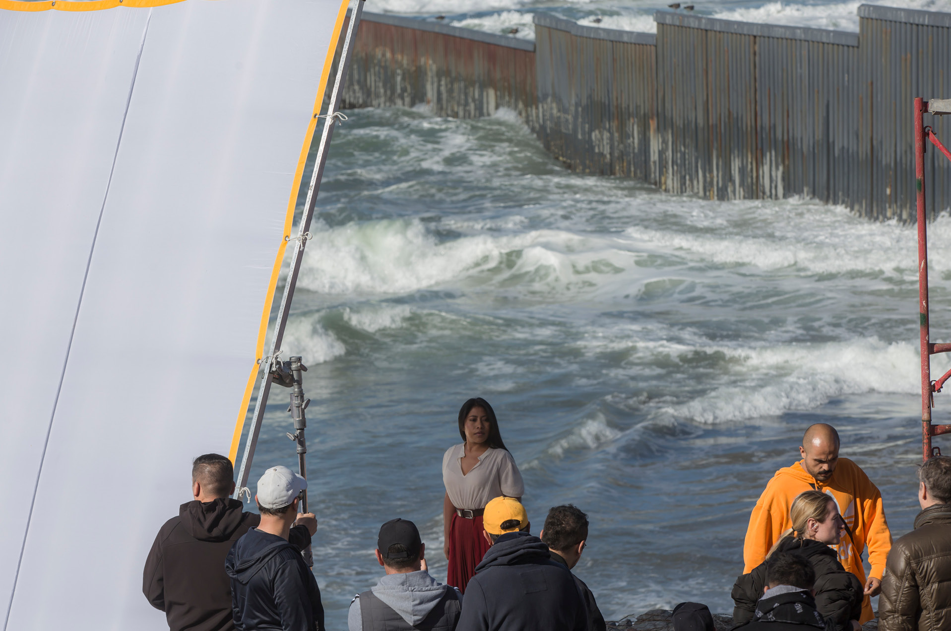 Captan a Yalitza Aparicio en sesión de fotos en la frontera