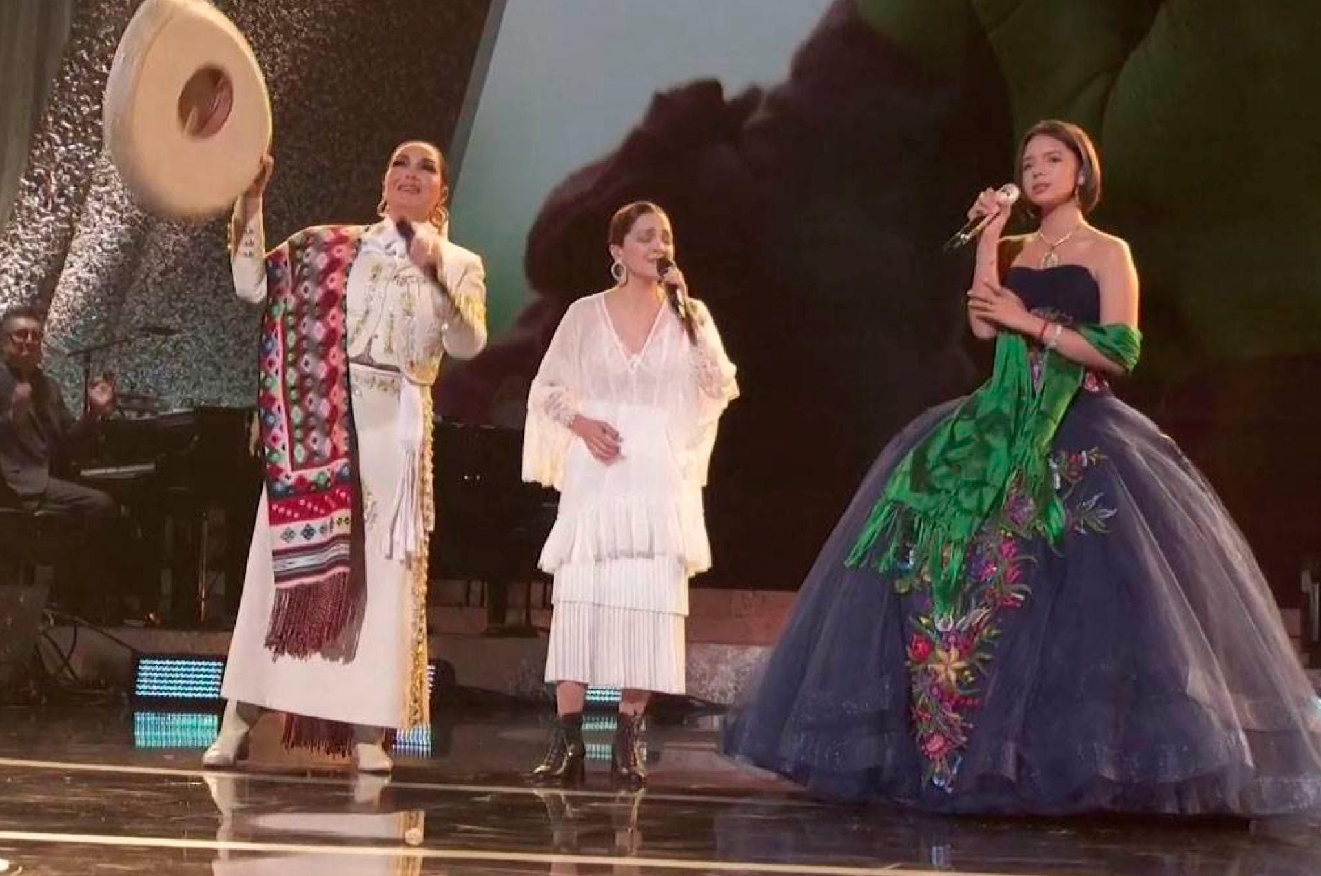 """Aída Cuevas, Natalia Lafourcade y Ángela Aguilar brillaron durante la ceremonia de los Grammy al interpretar el tema """"La Llorona"""""""