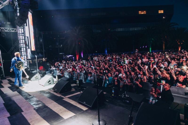 Georgel debutó en el escenario del LA Pride Festival con una asombrosa presentación musical