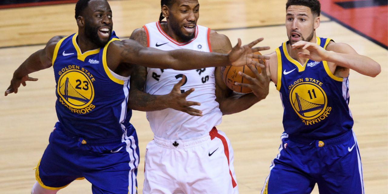 Warriors le empata la serie a Raptors