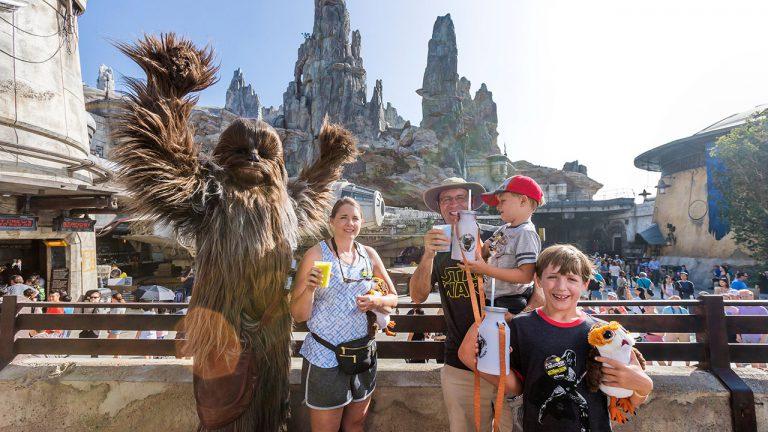 Visitante, #1 Millón en la atracción, Millennium Falcon: Smugglers Run en Star Wars: Galaxy's Edge en el parque Disneyland