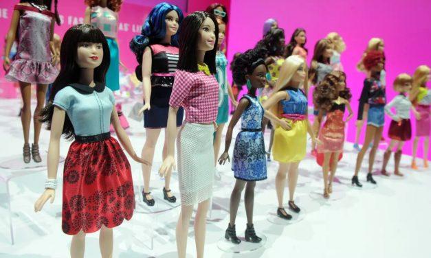 Barbie está ampliando su línea de juguetes inclusivos para incluir una muñeca con vitíligo y otra sin pelo