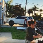 Un improvisado concierto de piano en el driveway anima a los vecinos en medio de restricciones de coronavirus
