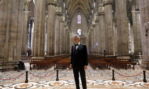 Andrea Bocelli canta a la Pascua en una catedral vacía de Milán