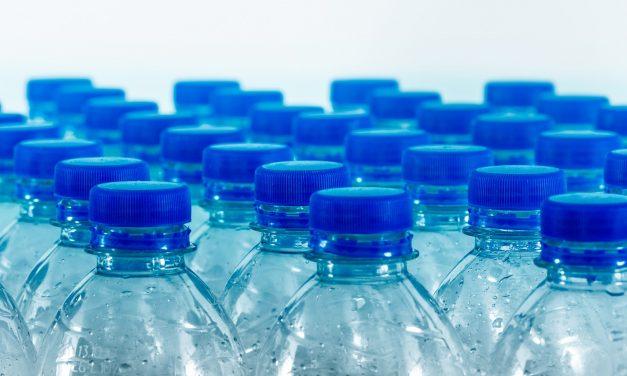La FDA advierte a los consumidores sobre los desinfectantes de manos envasados en recipientes para alimentos y bebidas