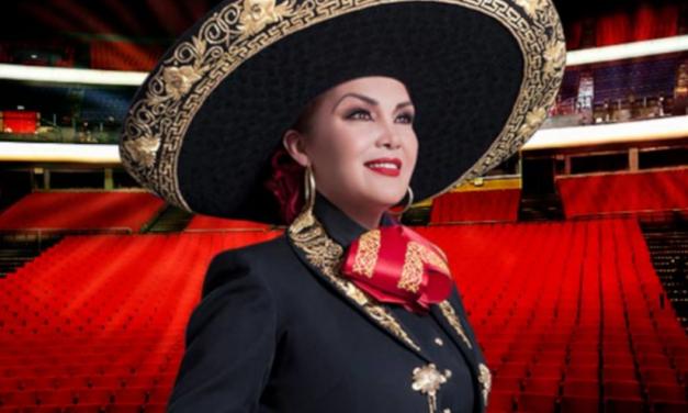 Aída Cuevas celebrando 45 años de carrera desde el Auditorio Nacional