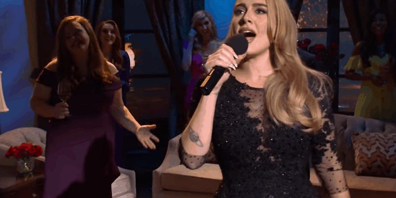 Adele reconoce su pérdida de peso y canta en SNL