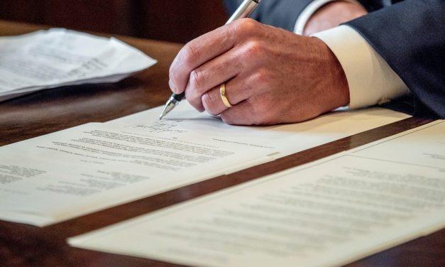 El gobernador Newsom firma orden ejecutiva sobre acciones en respuesta a COVID-19