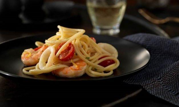 Espaguetis con mariscos y salsa de vino blanco y azafrán