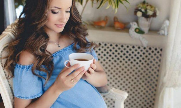 El consumo moderado de cafeína diario durante el embarazo puede causar que el bebé sea más pequeño al nacer
