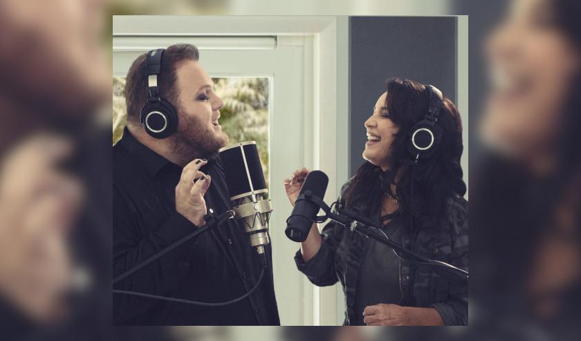 Enrique Ramil y Karina interpretan la versión ranchera de «Prefiero ser la otra»