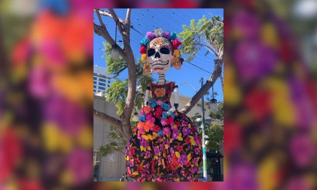 El centro de Santa Mónica acoge la celebración comunitaria del Día de los Muertos